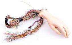 Mano androide con los alambres que se pegan hacia fuera, aislado Foto de archivo