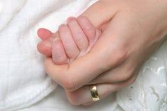 Mano appena nata del bambino Fotografia Stock
