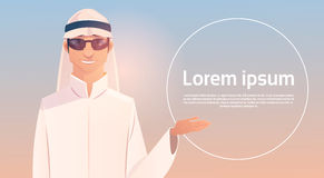 Mano araba di manifestazione dell'uomo per copiare spazio, uomo d'affari Wearing Traditional Clothes di Islam Immagini Stock