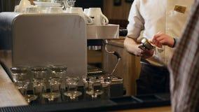 ` A mano arrostito s, barista del caffè delle mani che cucina caffè nella macchina del caffè, barra interna, moderna, barista video d archivio