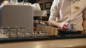 ` A mano arrostito s, barista del caffè delle mani che cucina caffè nella macchina del caffè, barra interna, moderna, barista archivi video