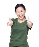 Mano asiática emocionada de la mujer dos con el pulgar para arriba fotos de archivo
