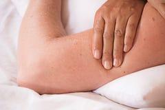 mano asiatica del femail di massaggio che funziona con il massaggio tailandese fotografia stock libera da diritti