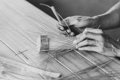 Mano asiatica del lavoratore del primo piano che fa artigianato fotografie stock