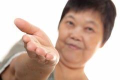 Mano asiatica della donna che mostra segno in bianco Fotografia Stock