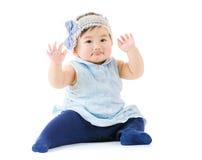Mano asiatica della neonata su fotografia stock libera da diritti