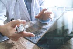 mano astuta di medico che funziona con lo Smart Phone, tavola digitale Fotografie Stock