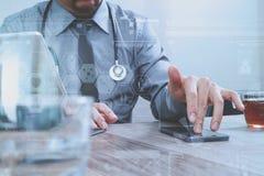 mano astuta di medico che funziona con lo Smart Phone, tavola digitale Immagini Stock Libere da Diritti