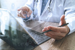 mano astuta di medico che funziona con lo Smart Phone, tavola digitale Immagine Stock Libera da Diritti