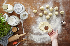 Mano atmopsheric de la cocina de las pastas hechas en casa que corta los raviolis Imagen de archivo libre de regalías