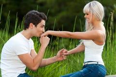 Mano baciante delle ragazze del ragazzo all'aperto. fotografia stock