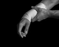 Mano bendata, dolore nel polso immagine stock libera da diritti