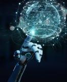 Mano bianca del cyborg facendo uso della rappresentazione dell'interfaccia 3D del pianeta Terra Immagini Stock Libere da Diritti