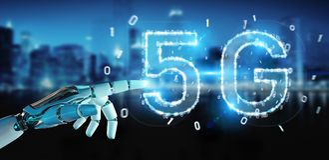 Mano bianca del cyborg facendo uso della rappresentazione digitale dell'ologramma 3D della rete 5G royalty illustrazione gratis