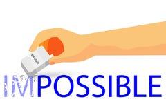Mano - borrando el texto imposible con el lápiz - ejemplo para que cómo cambie imposible a la cosa posible en el fondo blanco Imagen de archivo libre de regalías