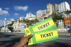 Mano brasiliana che tiene due biglietti all'evento in Pelourinho Salvador Brazil Immagine Stock