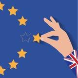 Mano BRITÁNICA de Brexit que quita la estrella de la bandera de la UE que sale apenas de puntadas detrás Imagen de archivo