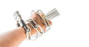 Mano, cadenas y cigarrillo masculinos imágenes de archivo libres de regalías