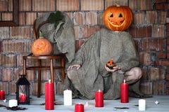 Mano capa Halloween del segno del mostro della zucca Fotografie Stock Libere da Diritti