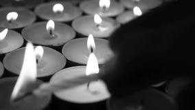 Mano che accende le candele con la candela di compleanno archivi video