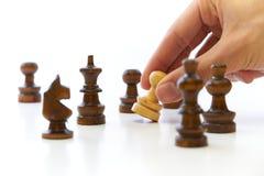 Mano che cattura il pegno della parte di scacchi Fotografia Stock Libera da Diritti
