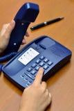 Mano che chiama telefono (concetto, riunione di affari, chiamanti) Fotografie Stock Libere da Diritti