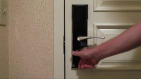 Mano che chiude e che chiude la porta a chiave dell'hotel video d archivio