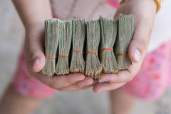 Mano che dà le banconote tailandesi Fotografie Stock Libere da Diritti