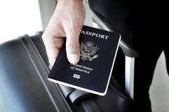 Mano che dà U S passaporto Fotografia Stock Libera da Diritti