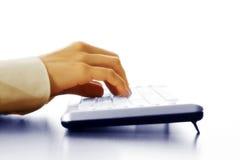 Mano che digita sulla tastiera Fotografia Stock Libera da Diritti