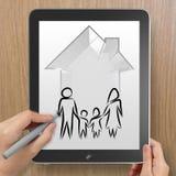Mano che disegna casa 3d con l'icona della famiglia Fotografia Stock Libera da Diritti