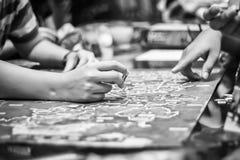 Mano che gioca gioco da tavolo, filtro in bianco e nero Fotografia Stock