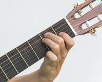 Mano che gioca sulla chitarra immagini stock