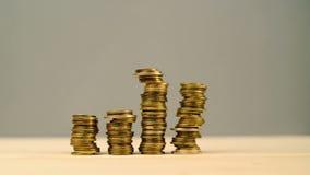 Mano che impila le monete Soldi di risparmio, bilancio domestico in carico archivi video