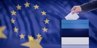 Mano che inserisce una busta in un'urna della bandiera dell'Estonia sul fondo della bandiera di Unione Europea illustrazione 3D fotografie stock