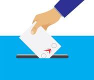 Mano che mette scheda di votazione nell'urna Fotografie Stock