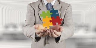 Mano che mostra puzzle 3d come concetto Fotografie Stock