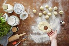 Mano che presenta scena tagliata della cucina dei ravioli Fotografia Stock