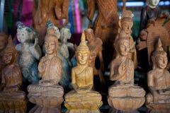 Mano che scolpisce l'immagine di Buddha. Fotografia Stock Libera da Diritti
