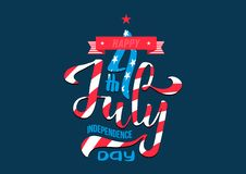 Mano che segna festa dell'indipendenza con lettere U.S.A. del 4 luglio tipo calligrafico disegnato a mano composizione nell'iscri illustrazione vettoriale