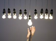 Mano che sostituisce lampadina Fotografie Stock