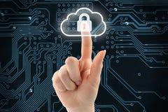 Mano che spinge il bottone virtuale di sicurezza della nuvola Immagini Stock Libere da Diritti