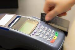 Mano che Swiping la carta di credito Immagini Stock Libere da Diritti