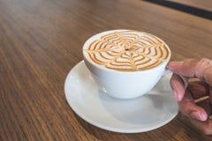 Mano che tiene arte del latte della tazza di caffè Immagine Stock Libera da Diritti