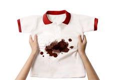 Mano che tiene camicia sporca Immagine Stock Libera da Diritti