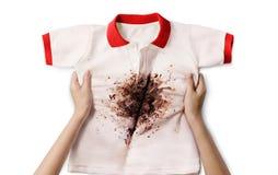 Mano che tiene camicia sporca Immagine Stock