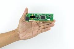 Mano che tiene il chip di IC Fotografia Stock