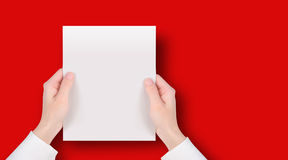 Mano che tiene il messaggio del documento in bianco Fotografie Stock Libere da Diritti