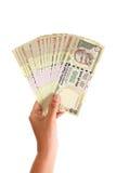 Mano che tiene indiano cinquecento note della rupia Fotografie Stock Libere da Diritti