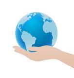 Mano che tiene l'icona blu del globo, concetto della terra di risparmi Fotografia Stock
